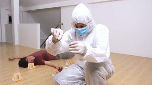 Forensiker Experte, der am Tatort gefundene Patronenfälle sammelt