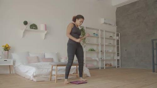 African American Woman Jubeln Gewichtsverlust zu Hause
