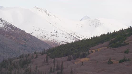Luftaufnahme mit Hubschrauberaufnahme des Alaska-Flusses neben Autobahn-Drohne aufnahmen
