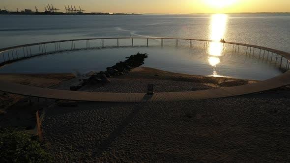 Magnifique tir de drone capturant le pont infini au coucher du soleil