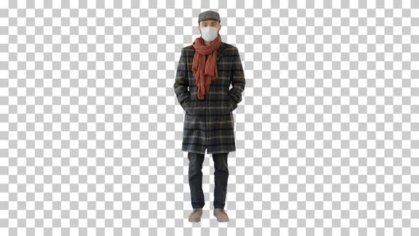 Thumbnail for Englisch Stil Mann in einem Mantel tragen Schutzmaske suchen