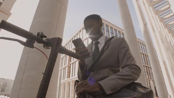 Thumbnail for Afrikanischer Geschäftsmann telefonieren