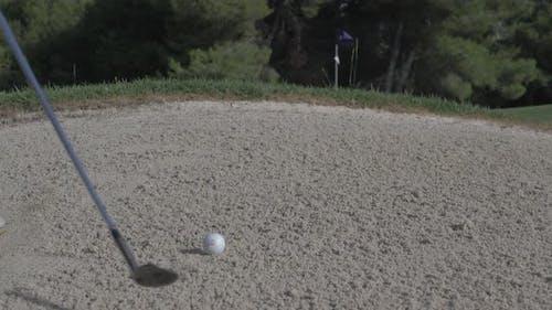Golf, saca bola del bunquer. Campo de Golf. Slow Motion