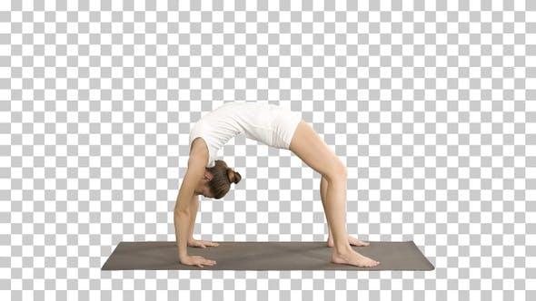 Thumbnail for Sportliche Yoga Mädchen Durchführung Chakrasana Urdva Dhanurasana Rad