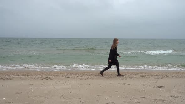 Cover Image for The Girl Walks on the Beach