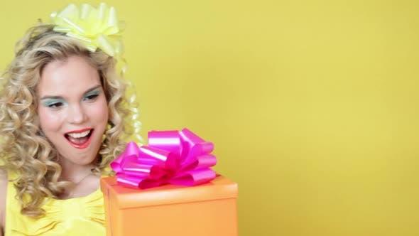Thumbnail for Junge Frau mit Geschenk