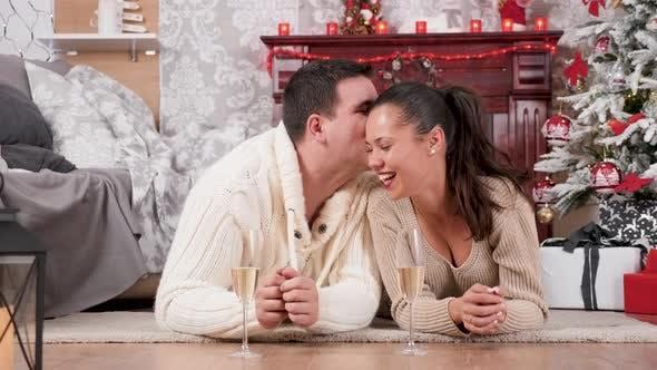 Thumbnail for Glückliches Paar verbringen Zeit zusammen in Heiligabend