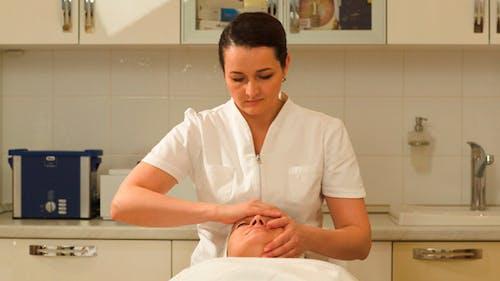 Massage Therapeut machen Gesichtsmassage bei Schönheit