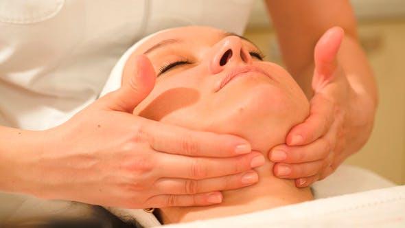 Frau Einnahme von Gesichtsbehandlungen im Beauty Spa