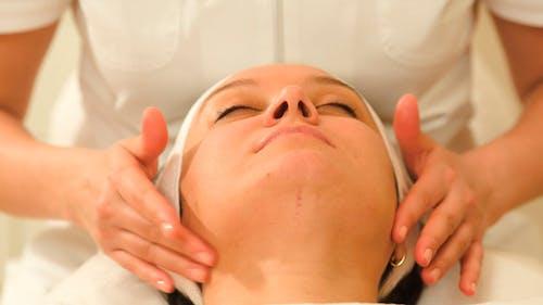Frau Entspannend während Gesichtstherapie Ar Beauty Spa