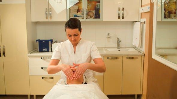 Gesichtsbehandlung Mit Massage-Therapeut