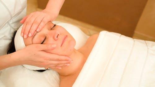 Gesichtsbehandlung Mit Professioneller Massage
