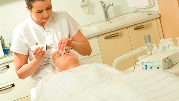 Kosmetikerin Start Ultraschall Gesichtsreinigung