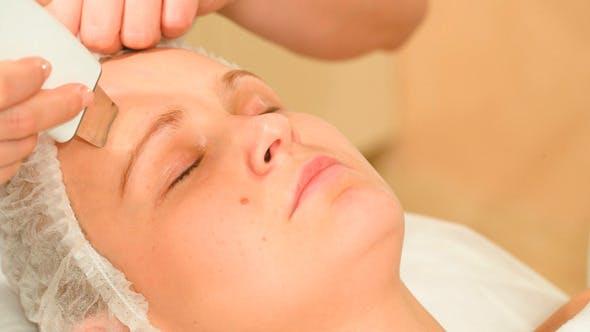 Junge Frau Einnahme von Gesichtsbehandlungen von Ultraschall