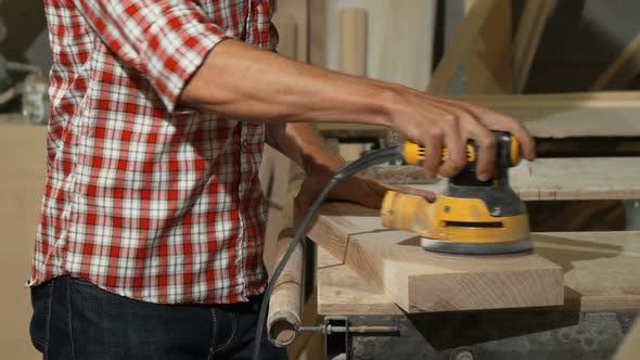 Thumbnail for Männlich Schreiner Polieren Stück Holz in seiner Werkstatt