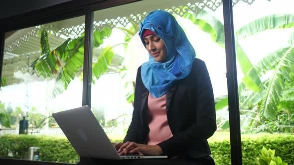 Arabische Frauen tippen Antworten auf Chat-Kunden