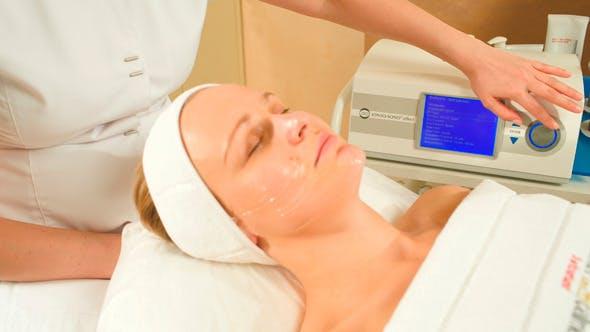 Kosmetikerin Vorbereitung Frau für Hebeverfahren