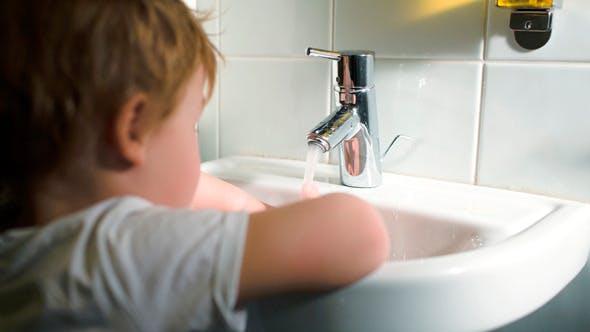 Thumbnail for Junge Hände waschen mit weicher Seife und Drehen