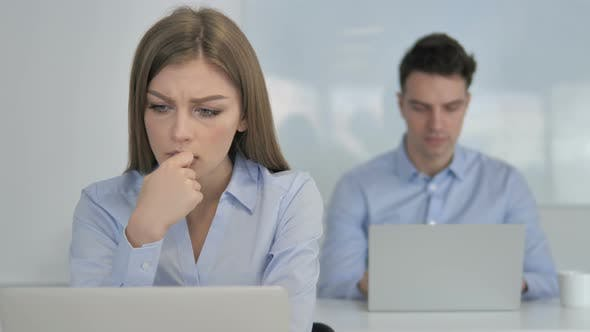 Thumbnail for Nachdenkliche junge Geschäftsfrau Denken und Arbeiten auf Laptop