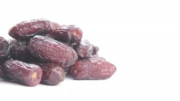 Frische Dattelfrucht isoliert auf weißem Hintergrund