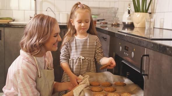 Entzückendes kleines Mädchen machte köstliche Zuckerplätzchen Ihre Mutter Urlaub