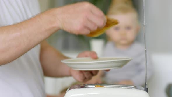 Thumbnail for Unerkennbarer Vater, der Toast macht