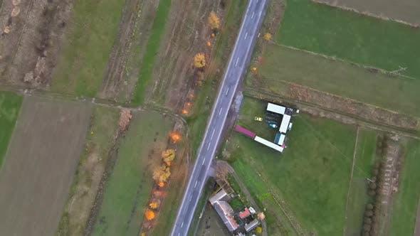 Ernte von Weizen in Luftaufnahme von landwirtschaftlichen Landschaftsfeldern