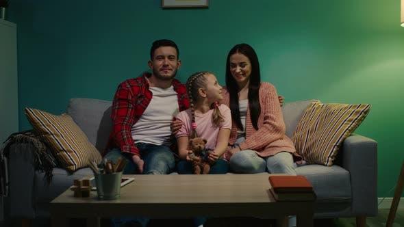 Thumbnail for Porträt der glücklichen Familie sitzt auf dem Sofa