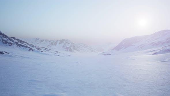 Thumbnail for Luftlandschaft von verschneiten Bergen und eisigen Küsten in der Antarktis