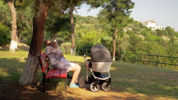Mama mit Baby hat einen guten Tag im Park