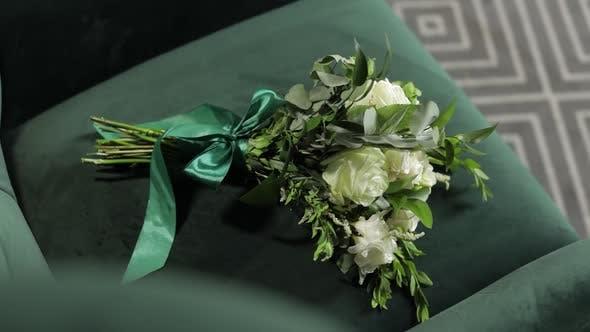 Thumbnail for Blumenstrauß mit weißen Rosen. Hochzeit Blumenstrauß der Braut auf Stuhl. Morgenvorbereitungen von Jungvermählten