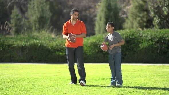 Thumbnail for Ein Vater, der seinen Söhnen beibringt, wie man American Football spielt.