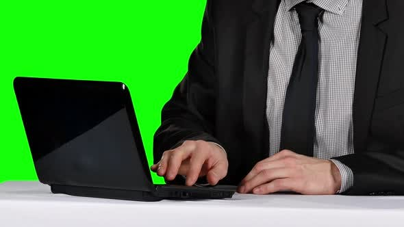 Cover Image for Office Worker Using Laptop Computer. Green Screen