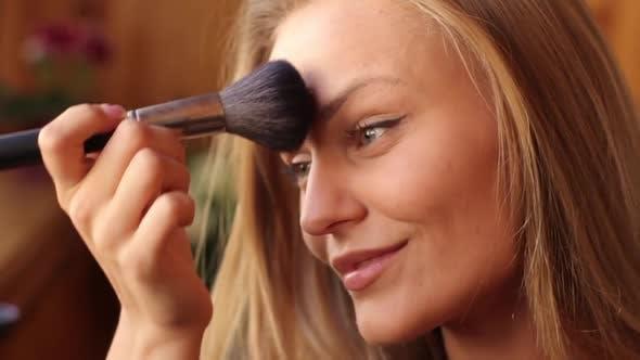 Thumbnail for Mädchen Frau macht Make-up am Morgen