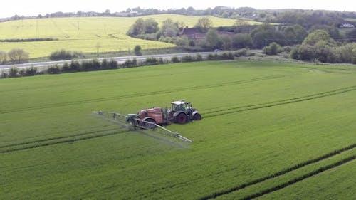 Traktor sprüht ein verbotenes Glyphosat-Herbizid auf landwirtschaftlichen Flächen