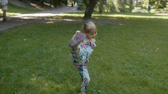 Thumbnail for Porträt des kleinen Mädchens Lächeln. Kinder haben Spaß im Park. Kindheit. Springen, Kämpfen, Tanzen