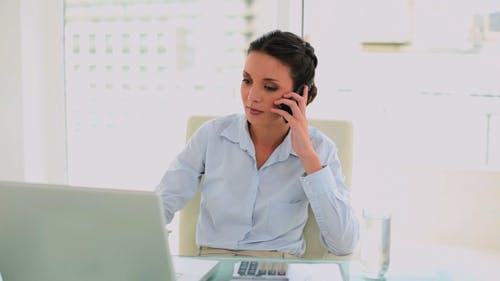 Wütend Geschäftsfrau hängen bis das Telefon