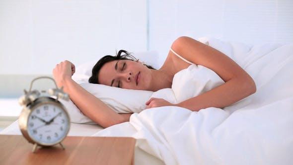 Thumbnail for Brünette sein geweckt durch Ihr Wecker in Bett