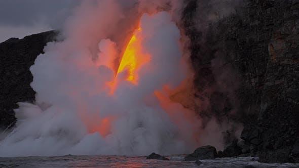 Lava fließt in den Ozean fließt in den Ozean