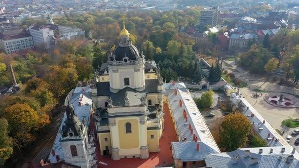Thumbnail for LuftVideo der Kirche der Heiligen Jura-Kirche im zentralen Teil der Altstadt von Lemberg, Ukraine
