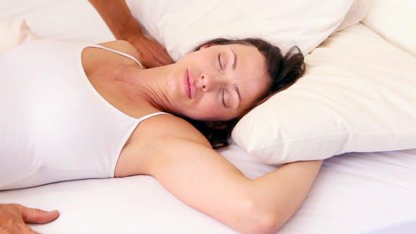 Thumbnail for Mann waking seine Freundin mit ein kiss auf Bett 2