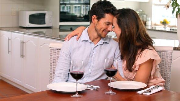 Thumbnail for Glückliches Paar trinken Rotwein zusammen