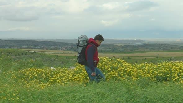 Thumbnail for Tourist Walking, Genießen Erstaunliche Aussicht auf Green Valley, Blick in die Berge