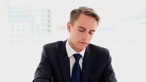 Konzentrierte Verärgerte Geschäftsmann sitzend