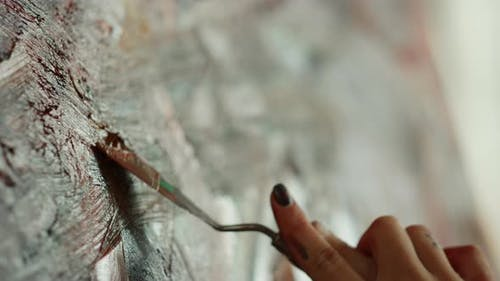 Fille inconnue créant des œuvres d'art dans Art Studio