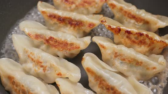 Thumbnail for Fry Chinese Fleischknödel in Pfanne