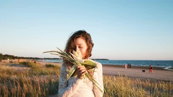 Thumbnail for Junge Europäische Mädchen in einem Hochzeitskleid Sniffing ein Blumenstrauß einer Braut Handmade