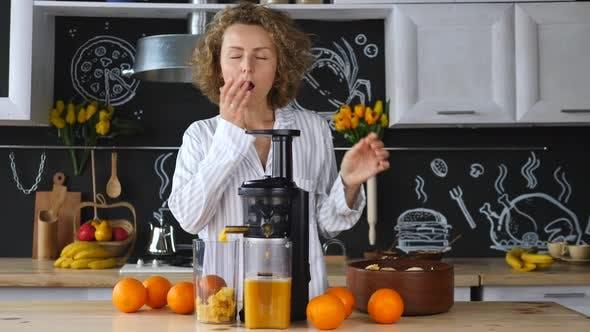 Thumbnail for Frau Quetschen Orangensaft In der Küche Am Morgen