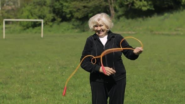 Thumbnail for Aktiv Senioren 80 Jahre alte kaukasische Frau tun Morgen körperliche Übungen