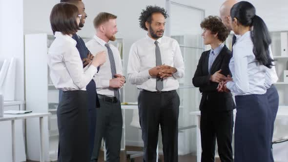 Cover Image for Group of Businesspeople Talking
